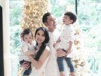 intip-keseruan-keluarga-sandra-dewi-dan-harvey-moeis-saat-buka-kado-natal-2020.jpg