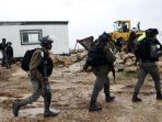 israel-bongkar-karavan-yang-dijadikan-sekolah-anak-palestina_20200220_010328.jpg