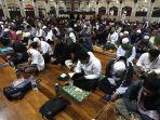 itikaf-di-masjid-habiburrahman-bandung-sampai-mendirikan-tenda_20170617_160741.jpg