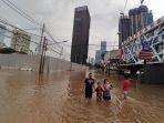 jalan-bendungan-hilir-terendam-banjir_20200101_223913.jpg