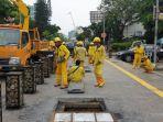 Terendam Air Tadi Pagi, Petugas SDA dan Bina Marga DKI Beres-beres Selokan Jalan Cikini Raya