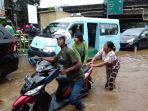 jalan-kh-noer-ali-kota-bekasi-belum-bisa-dilalui-kendaraan-akibat-banjir-yang-menutup-badan-jalan_20170221_113053.jpg