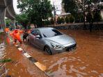 jalan-terputus-akibat-banjir-di-jalan-tendean-jakarta-selatan_20200101_213456.jpg