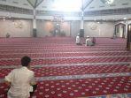 jamaah-sedang-berada-di-dalam-mesjid-al-ittihaad_20170614_225957.jpg