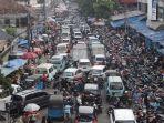 jelang-lebaran-situasi-lalu-lintas-dan-pasar-kebayoran-lama-semrawut_20200522_233734.jpg