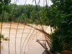 jembatan-gantung-ambruk-di-jambi-puluhan-orang-terseret-arus-sungai.jpg