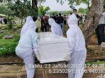 jenazah-covid-19-saat-dimakamkan-di-pemakaman-pondok-kelapa.jpg