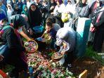 jenazah-korban-zahro-express-asal-kota-bandung-dikebumikan-di-tpu-cikutra_20170102_085018.jpg
