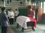 jenazah-marie-muhammad-saat-dilayat-oleh-mantan-menter_20161211_151516.jpg