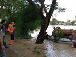 jenazah-racin-65-nenek-korban-banjir-di-cikarang-timur-1121.jpg