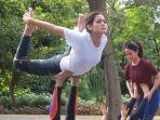 jessica-iskandar-dan-girl-squatnya-olahraga-yoga-di-alam_20170407_145322.jpg