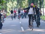 Ditemani Kaesang, Jokowi Gowes Keliling Kebun Raya Bogor dan Bagikan Masker ke Warga