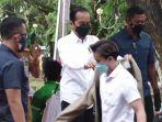 Jokowi Berikan Jaket Coklatnya kepada Warga Saat Meninjau Vaksinasi Covid-19 Massal di Kendari