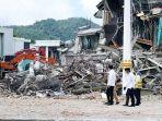 jokowi-tinjau-kantor-gubernur-sulbar-yang-ambruk-akibat-gempa_20210119_160536.jpg