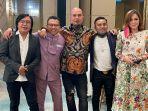 Aksi Panggung Ahmad Dhani Naik ke Atas Meja Jadi Sorotan, Mulan: Eh Turun