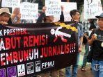 jurnalis-dari-aliansi-jurnalis-independen-aji-berunjukrasa-di-taman-aspirasi-kawasan-monas.jpg