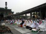 kabut-asap-di-pekanbaru-umat-muslim-laksanakan-salat-istisqa_20190918_182534.jpg