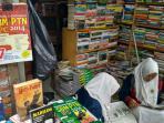 kampung-ilmu-surabaya-penjual-buku_20160427_151320.jpg
