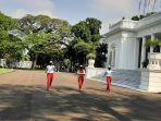 kantor-sekretariat-presiden-dan-garnisun-tetap-1-tni-menggelar-latihan-penaikan-bendera.jpg