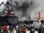 kapal-tanker-mt-jag-leela-terbakar-di-pelabuhan-belawan-medan_20200511_174644.jpg