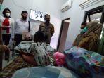 Bocah 6 Tahun Dianiaya Ibu Tiri, Kapolres Sukabumi Sampai Teteskan Air Mata saat Menjenguk