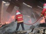 kebakaran-pabrik-makanan-bumi-jaya-lampung_20160107_142405.jpg