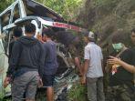 kecelakaan-bus-di-mangunan-bantul_20171204_075643.jpg