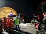 kecelakaan-bus-menabrak-dinding-terowongan-di-tiongkok_20170811_180105.jpg