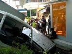 Ditinggal Ambil Uang di ATM, Mobil Pria Ini Diseruduk Truk Boks Sampai Masuk Parit, Alami Ringsek