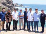 keempat-dari-kiri-carmelo-ezpeleta-bos-promotor-motogp-di-pantai-lombok.jpg