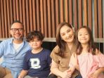 keluarga-indra-brasco-dan-mona-ratuliu-tampak-harmonis_20181013_115227.jpg