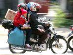keluarga-ini-nekat-mudik-dengan-sepeda-motor_20170620_142437.jpg