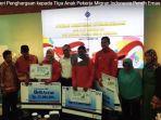 kemenaker-beri-penghargaan-kepada-tiga-anak-pekerja-migran-indonesia_20180904_145439.jpg
