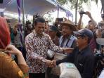 kementerian-pertanian-terus-salurkan-bantuan-pada-petani-indonesia_20151105_150049.jpg