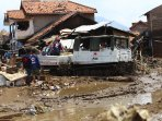 kendaraan-hagglund-pmi-evakuasi-reruntuhan-banjir-bandang_20160927_125519.jpg