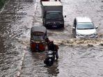 Batas Ketinggian Air Bila Ingin Terjang Banjir dengan Mobil, Setengah Ban Masih Aman