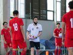 kensuke-takahashi-saat-melatih-para-pemain.jpg