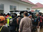 kepolisian-dan-pihak-keluarga-membawa-jenazah-fr-ke-mobil-ambulans-fr-t.jpg