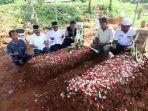 kerabat-korban-kecelakaan-maut-ciloto-cianjur-jawa-barat-berdoa_20170501_214236.jpg