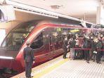 kereta-ekspres-hinotori-di-stasiun-namba-osaka.jpg