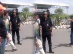 kericuhan-antarsopir-taksi-terjadi-di-bandara-sultan-hasanuddin_20180626_074359.jpg