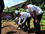 ketua-relawan-indonesia-bersatu-sandiaga-uno-menanam-bibit-sayuran.jpg