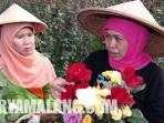 khofifah-bersama-petani-bunga-mawar_20150404_155436.jpg