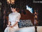 ko-mun-yeong-duduk-di-kamarnya-sendirian.jpg