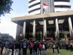koalisi-masyarakat-antikorupsi-menggelar-aksi-di-depan-gedung-merah-putih-kpk.jpg
