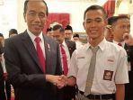 koko-ardiansyah-dan-presiden-jokowi-jabat-tangan-setelah-upacara-bendera-hut-ke-74-ri.jpg