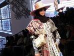 koleksi-dari-fashion-designer-ternama-tanah-air-vivi-zubedi.jpg