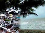 kondisi-pantai-anyer-pasca-tsunami-puing-puing-bangunan-berserakkan.jpg