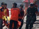 kopassus-evakuasi-2-jenazah-korban-tsunami.jpg