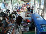 korban-banjir-mengungsi-di-halte-transjakarta_20200103_163631.jpg
